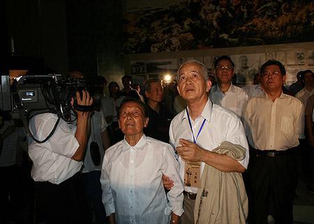图文:南京大屠杀幸存者夏淑琴观看史实录像