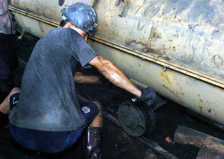 图文:大马力抽水泵被钢缆慢慢送入井内抽水