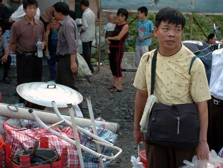 图文:江西籍矿工在兴宁市等待乘坐返乡的客车