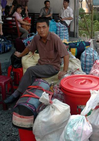 图文:湖南籍矿工在兴宁市等待乘坐返乡的客车