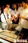 图文:日本女教师向中学生介绍自己搜集物证情况