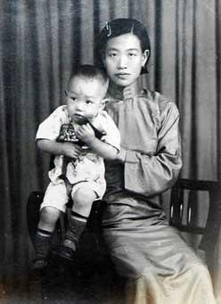 图文:相册中的相片--抱着幼儿的少妇