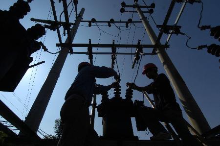 图文:供电工程人员在大兴煤矿维修变压器