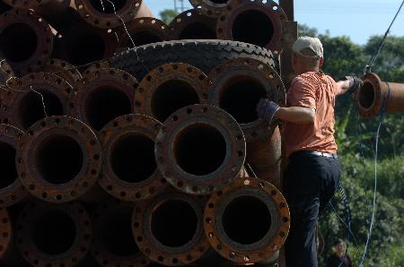 图文:救援人员在大兴煤矿卸水泵抽抗议。水管