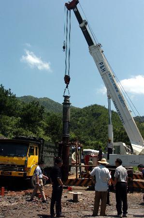 图文:从河南运来的大型水泵正在吊装