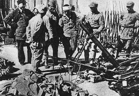 图文:日本侵略军向我缴械投降