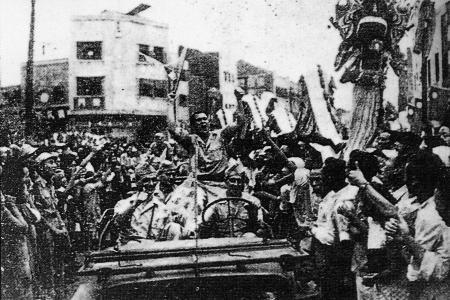 图文:重庆盟军人员驾车加入庆祝抗战胜利游行队伍