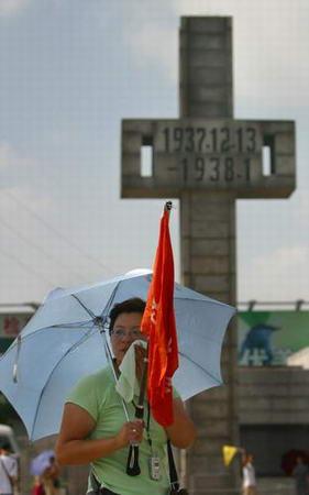 图文:市民来到南京大屠杀遇难同胞纪念馆