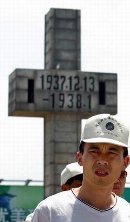 图文:参观者在日军南京大屠杀遇难同胞纪念馆