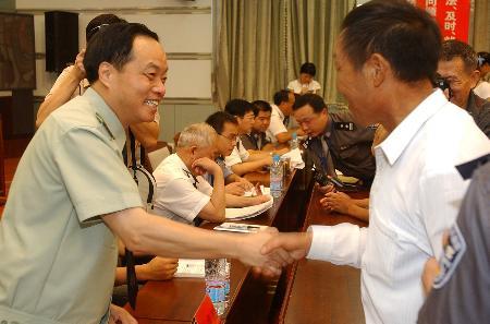 图文:[法制经纬](2)安徽省公安厅领导与信访群众