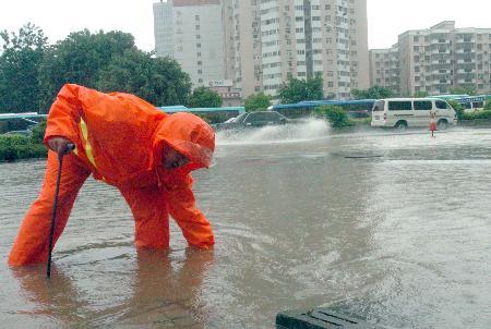 组图:暴雨袭击深圳街道严重积水