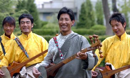 图文:年轻教师格桑平错和学生一起弹奏六弦琴图片