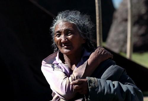 图文:居住在纳木错湖边的藏族老人