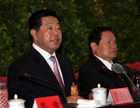 图文:中央代表团团长贾庆林在会上发表讲话