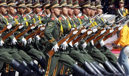 图文:中国人民解放军仪仗队走过布达拉宫广场