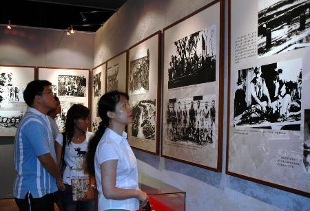 图文:澳门市民在参观纪念抗战胜利60周年展览