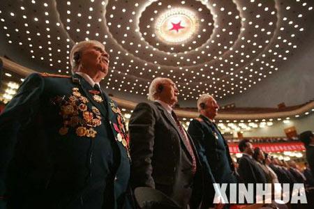 图文:外国老战士在纪念大会上