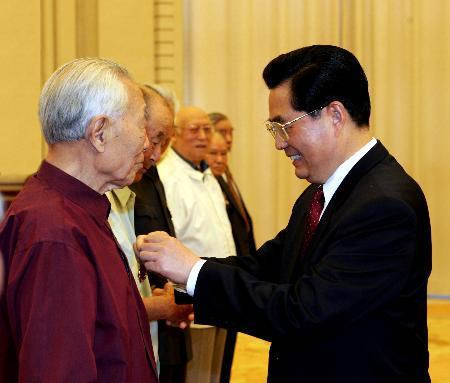 图文:胡锦涛为抗战老战士代表颁发纪念章