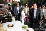 欧盟委员会主席巴罗佐在北京逛小吃街(组图)