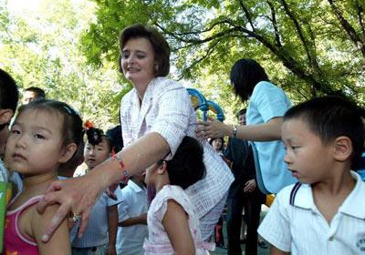 布莱尔夫人在北京客串幼儿园教师(组图)