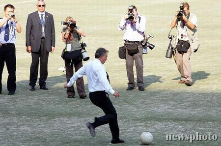 布莱尔北京展现足球技艺送领带给中国记者