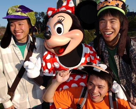 图文:米老鼠与参观游客合影
