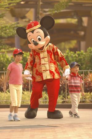 图文:米老鼠带领小朋友参观即将开业的乐园