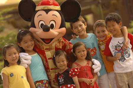 图文:米老鼠与各地的小朋友们合影