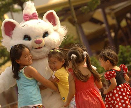 图文:小朋友抢着与猫咪玛丽拥抱