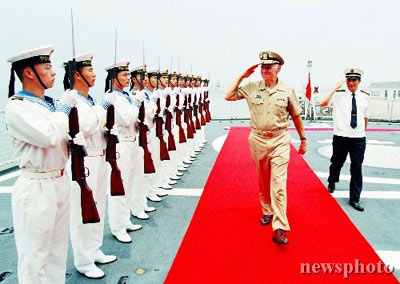 美军太平洋总部司令访问南海舰队参观装甲车