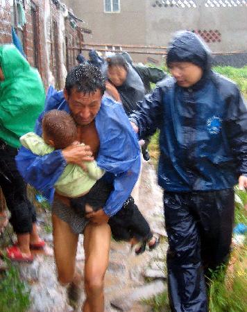 图文:边防官兵帮助辖区群众转移