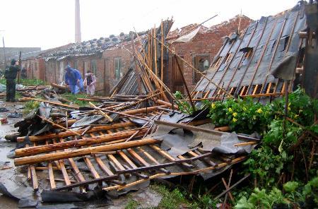图文:台州紧急转移群众防范卡努