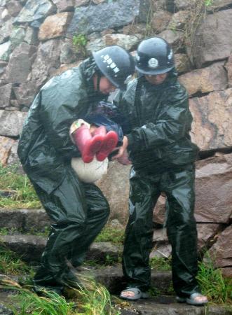 图文:浙江台州边防官兵正在转移一名小孩