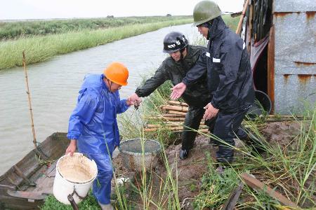 图文:瑞安干部帮助沿海的养殖户离开危险地带