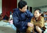 图文:干部在安抚一名小男孩