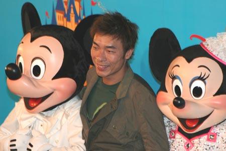 图文:迪斯尼乐园群星璀璨-许志安与米奇米妮合照