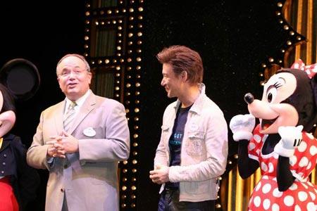 组图:迪斯士尼乐园总裁和张学友在一起