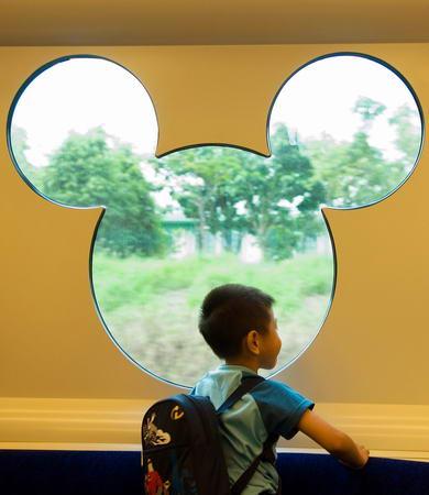 图文:小朋友从迪斯尼列车窗口向外眺望