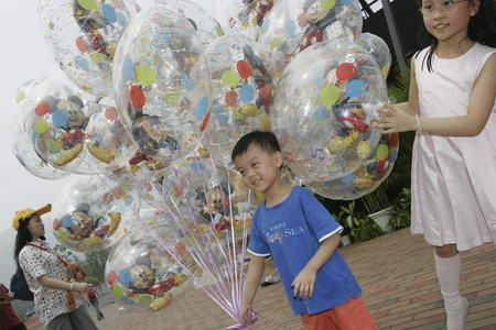 图文:香港迪斯尼乐园的游客