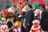 曾庆红/图文:曾庆红与卡通造型松鼠亲切握手