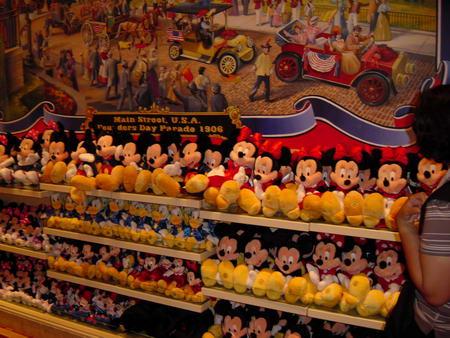 图文:迪斯尼卡通形象玩偶-众多的米老鼠玩偶
