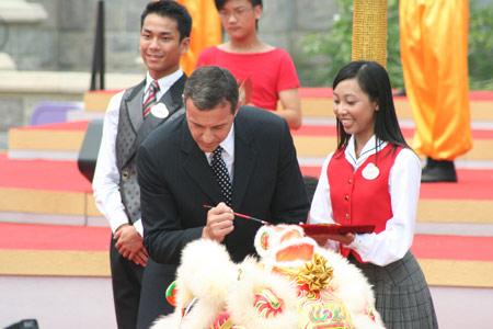 香港行政长官曾荫权等领导人为醒狮点睛(组图)