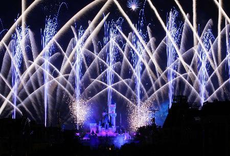 图文:香港迪斯尼乐园夜空焰火