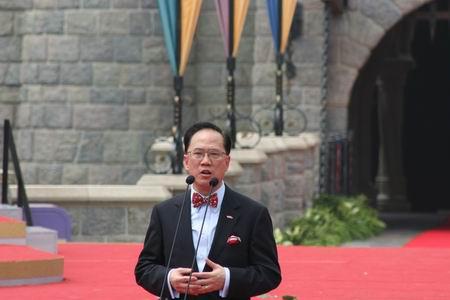 图文:曾荫权在香港迪斯尼开幕式上讲话