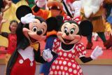 图文:卡通动物米老鼠向游客挥手