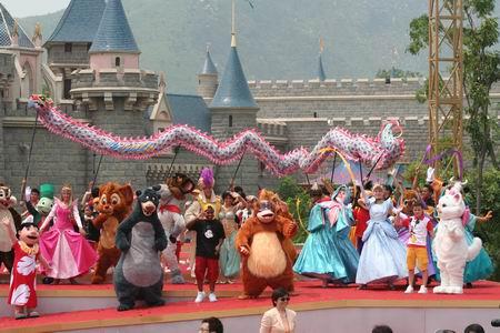 组图:卡通人物动物们与游客一起同庆迪斯尼开园