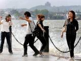 组图:台风卡努来势凶猛 杭州西湖波涛大作
