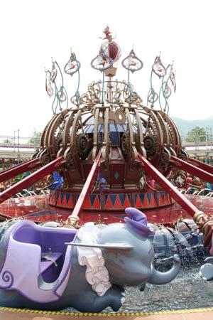 色彩缤纷的疯帽子旋转杯转到香港迪士尼乐园