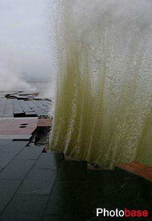 组图:台风卡努影响山东海边涌起近十米巨浪