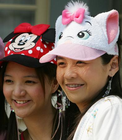 图文:戴着头饰的游客在香港迪斯尼乐园游玩